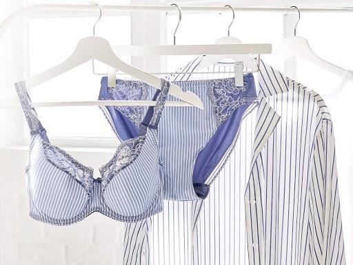 Mettez en valeur votre plus belle lingerie sur des portants pour un effet whaou